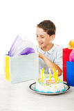 Geburtstag-Junge öffnet Geschenke Stockfoto