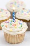 Geburtstag-kleine Kuchen - blaue Kerze Lizenzfreies Stockbild