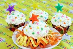 Geburtstag-kleine Kuchen mit Stern-Kerze Stockfotografie