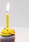 Geburtstag-kleiner Kuchen und Kerze Stockbilder