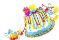 Geburtstag-Kuchen getrennt auf Weiß Stockfotografie