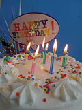 Geburtstag-Kuchen mit Lit-Kerzen Lizenzfreie Stockfotos