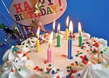 Geburtstag-Kuchen mit Lit-Kerzen Lizenzfreies Stockbild