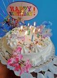 Geburtstag-Kuchen mit Lit-Kerzen Stockfotos