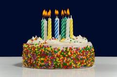 Geburtstag-Kuchen und Kerzen Stockbild