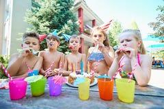 Geburtstag mit Kindern in den Hüten im Sommer lizenzfreie stockfotos