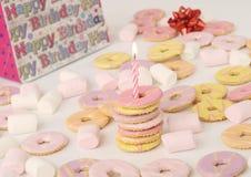 Geburtstagbiskuite mit Kerze Lizenzfreies Stockfoto