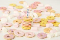 Geburtstagbiskuite mit Kerze stockfotografie