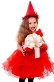 Geburtstagkind im roten Kleid mit Geschenkkasten. Stockfotografie