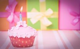Geburtstagkleiner kuchen mit brennender Kerze Lizenzfreie Stockbilder