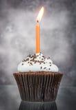 Geburtstagkleiner kuchen mit Kerze Lizenzfreies Stockbild