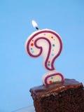 Geburtstagkuchen mit Fragenkerze stockbild