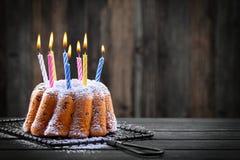 Geburtstagkuchen mit Kerzen Lizenzfreie Stockfotografie