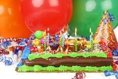 Geburtstagkuchen und -ballone Stockfoto