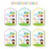 Geburtstags-Aufkleber mit netter Biene und buntem Herzen steigt passendes für Geburtstagsaufkleber im Ballon auf Lizenzfreie Stockfotografie