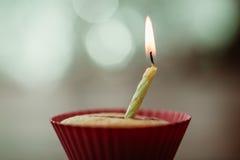 Geburtstags-Bananenmuffin auf hölzernem Hintergrund Lizenzfreie Stockfotografie