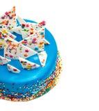 Geburtstags-blauer Kuchen mit buntem besprüht Stockfoto