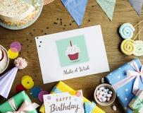 Geburtstags-Feier mit den Kuchen-Geschenken, die Karte wünschen Stockfotos
