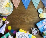 Geburtstags-Feier mit Kuchen stellt Karten-Kopien-Raum dar Lizenzfreie Stockbilder