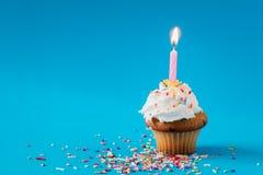 Geburtstags-kleiner Kuchen mit einer brennenden Kerze Lizenzfreie Stockfotografie