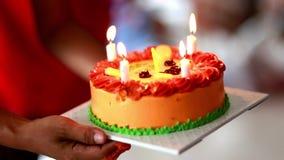 Geburtstags-Kuchen in der Hand Leuchten Sie Geburtstagskuchen stock footage