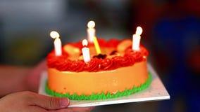Geburtstags-Kuchen in der Hand Leuchten Sie Geburtstagskuchen stock video footage