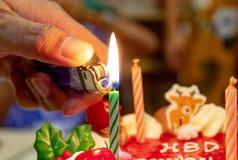 Geburtstags-Kuchen am Kerzen-Licht stockfoto