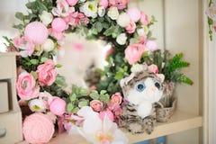 Geburtstags- oder Babypartydekorkatze mit Blumen Stockbild