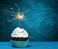Geburtstags-Wunderkerze-kleiner Kuchen Stockfoto