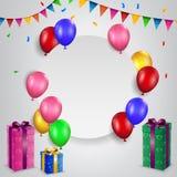 Geburtstagsballone mit leerem Zeichen und Geschenkbox Stockbilder