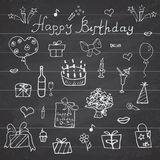 Geburtstagselemente Hand gezeichneter Satz mit Geburtstagskuchen, Ballonen, Geschenk und festlichen Attributen Kinder, die Gekrit Lizenzfreies Stockbild
