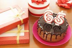 Geburtstagsfeier bei fünfundsechzig Jahren stockfotografie