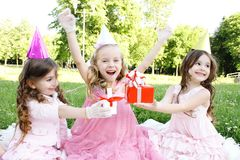 Geburtstagsfeier der Kinder draußen Lizenzfreie Stockbilder