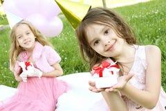 Geburtstagsfeier der Kinder draußen Lizenzfreie Stockfotos