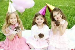 Geburtstagsfeier der Kinder draußen stockbilder