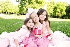 Geburtstagsfeier der Kinder draußen Stockfotografie