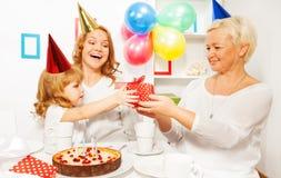 Geburtstagsfeier mit Geschenk von der Großmutter Lizenzfreie Stockbilder