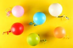 Geburtstagsfeierausrüstung mit Kopienraum stockfotografie