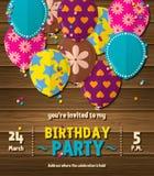 Geburtstagsfeiereinladungskarte mit kopierten flachen Ballonen auf hölzernem Hintergrund Vektor stock abbildung