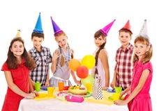 Geburtstagsfeiergruppe des Kindes mit Kuchen. Lizenzfreie Stockfotografie