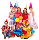 Geburtstagsfeiergruppe von jugendlich mit Clown. Stockbilder