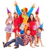 Geburtstagsfeiergruppe von jugendlich mit Clown. Lizenzfreie Stockfotos