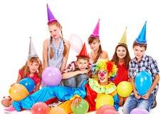 Geburtstagsfeiergruppe von jugendlich mit Clown. Lizenzfreies Stockfoto