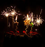 50. Geburtstagsfeierkuchen-Wunderkerzekerzen Stockfotos