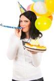 Geburtstagsfrau, die in Parteihornisten durchbrennt stockfotos