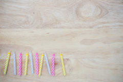 Geburtstagskerze gesetzt auf Holz Stockbild