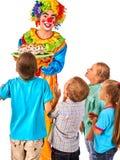 Geburtstagskinderclown, der mit Kindern spielt Kind backt feierliches zusammen Lizenzfreie Stockbilder