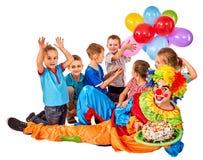 Geburtstagskinderclown, der mit Kindern spielt Kind backt feierliches zusammen Stockfotos