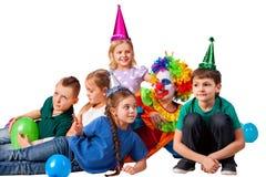 Geburtstagskinderclown, der mit Kindern spielt Kind backt feierliches zusammen Lizenzfreie Stockfotos