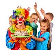 Geburtstagskinderclown, der zusammen Kuchen mit Jungen isst Kind mit unordentlichem Gesicht Lizenzfreies Stockbild
